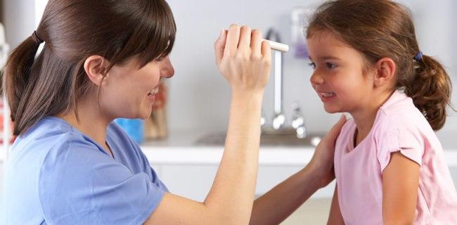 Ребенок на приеме у офтальмолога