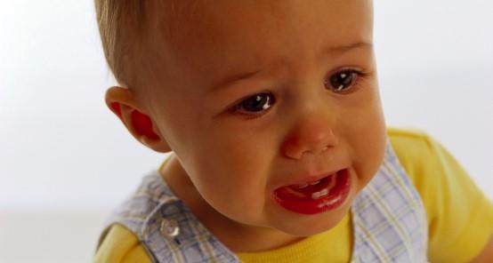 Ребенок плачет от боли