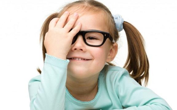 Девочка в плохим зрением