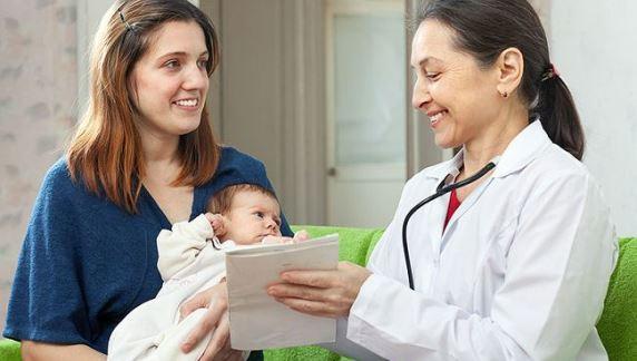 Общение молодой мамы с врачом