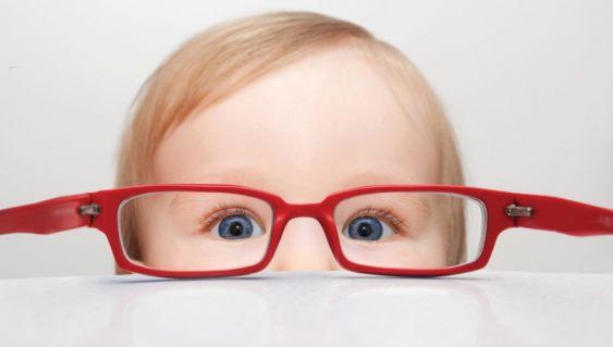 Малыш смотрит на мир через очки