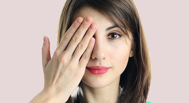 Девушка с заболеванием глаза